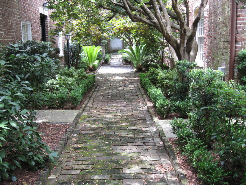 Charleston beautiful streets courtyards and gardens for Beautiful courtyard gardens